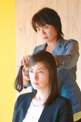 9月27日放送、テレビ朝日系ドラマスペシャル『緊急取調室』より。矢島聖美(松下由樹)が真壁有希子(天海祐希)の髪の毛にハサミを入れる寸前のシーン(C)テレビ朝日