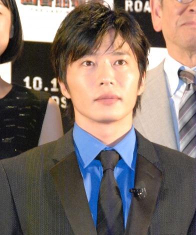 真剣な表情の田中圭。