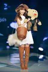 『神コレ2015AW』でミニスカワンピ姿でランウェイに登場したAKB48小嶋陽菜