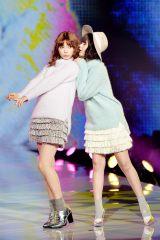 『神戸コレ2015AW』でランウェイを飾った八木アリサと玉城ティナ(右)