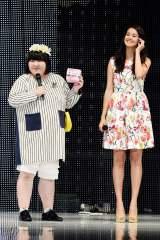 『神戸コレ2015AW』でランウェイを飾った酒井藍と浦浜アリサ(右)