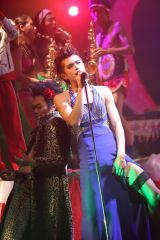 オカマ衣裳&厚化粧で熱唱する山本裕典=『劇団めばち娘「ツチノコの嫁入り」』