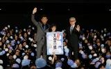 映画『天空の蜂』大ヒット御礼舞台あいさつに登場した(左から)江口洋介、田口翔大、堤幸彦監督
