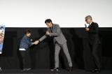 握手をした(左から)田口翔大、江口洋介=映画『天空の蜂』大ヒット御礼舞台あいさつ