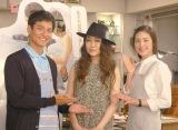 日本テレビ系連続ドラマ『偽装の夫婦』に出演する天海祐希(右)、沢村一樹(左)。主題歌を担当するJUJU(中央)が撮影現場を訪問した (C)ORICON NewS inc.