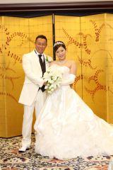 名古屋市内のホテルで挙式・披露宴を行った元WBC世界バンタム級チャンピオンの薬師寺保栄と妻のまきこさん