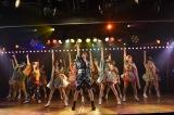 「ヘビーローテーション」では大家志津香がセンターを務めた=春風亭小朝『イヴはアダムの肋骨』公演より(C)AKS