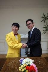 「ゲッツ!」使用許諾の調印式の模様 左からダンディ坂野、七月隆文氏