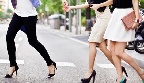 体幹がしっかりしていない人が足首に安定感のないヒールを履くことで、普段使わない足の外側の筋肉が張ってしまうという