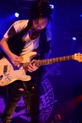 全国ツアーの追加公演で熱演するBREAKERZのAKIHIDE(G)