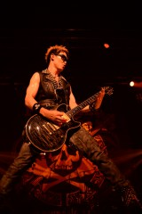 全国ツアーの追加公演で熱演するBREAKERZのSHINPEI(G)
