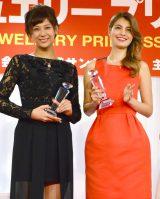 『第1回 クリスマス ジュエリー プリンセス賞』の表彰式に出席した(左から)西内まりや、マギー (C)ORICON NewS inc.