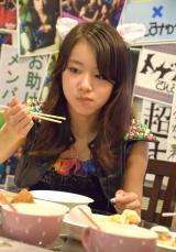 真剣な表情で、食べ比べを行う新原聖生 (C)ORICON NewS inc.