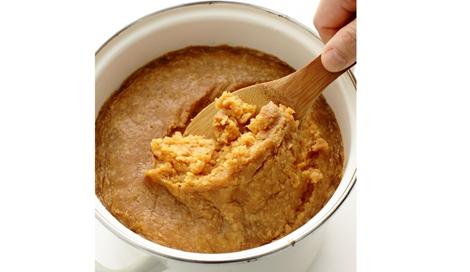 「保存食」の代表ともいえる味噌(『初めてでも気軽に楽しめる 作りやすい、今どき保存食』オレンジページより)