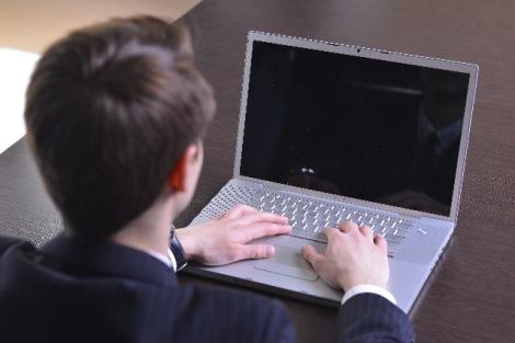 採用選考において、企業側が応募者の「SNS」をチェックする行為はアリなのか?