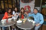 吉澤の婚約を祝してワインで乾杯(C)テレビ朝日