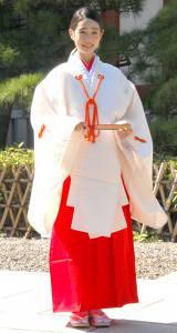 赤と白の巫女装束で登場した高橋ひかる (C)ORICON NewS inc.