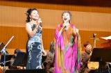 「広い河の岸辺〜The Water Is Wide〜」を熱唱した(左から)台湾歌手の寒雲、クミコ