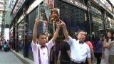 香港の地下鉄に掲出されていたポスターの岡村隆史のそっくりさんに会いにに香港へ。出川哲朗と街角で情報収集を敢行(C)ABC