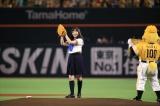 ヤフオクドームで始球式を行った橋本環奈 セーラー服でノーバン!