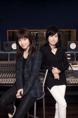 瀧本美織(左)率いるLAGOONの3rdシングル「Rhapsody In White」の作詞作曲を担当した岸谷香