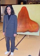 『火花』のカバーを飾った装画『イマスカ』を背に取材に応じるピースの又吉直樹 (C)ORICON NewS inc.