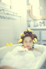フォトブックで入浴シーンなどを披露しているAKB48の島崎遥香
