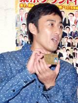 ボクシングのトレーナーライセンスを披露するロバートの山本博 (C)ORICON NewS inc.