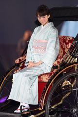 和服姿でランウェイに登場した桐谷美玲