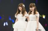 (左から)小谷里歩、小笠原茉由は「友達」を披露=NMB48の結成5周年記念ライブ (C)NMB48