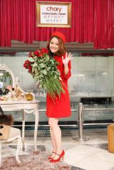 ファンから赤い薔薇を手渡されたchay=7枚目のシングル「好きで好きで好きすぎて」発売記念ライブ