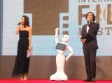 『第28回東京国際映画祭』の開会宣言をした(左から)季葉、Pepper、野村雅夫 (C)ORICON NewS inc.
