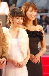 『第28回東京国際映画祭』のレッドカーペットに登場した(左から)山本舞香、久松郁実 (C)ORICON NewS inc.