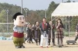 関西学院大学神戸三田キャンパスで『よさこい新喜劇』のPRを行った川畑泰史(中央)と松村恵美(右)