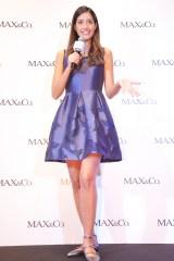 伊ファッションブランド「MAX&Co.」表参道店のリニューアルイベント 日本限定コレクションの青いワンピで登場した森泉