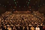 コンサートの劇場版上映イベントで舞台あいさつを行ったSound Horizonの主宰者Revo(左)(撮影:江隈麗志)