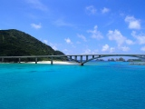 トリップアドバイザーがユーザーの声をもとに実施した「口コミで選ぶ日本の橋ランキング」8位の阿嘉大橋(沖縄県・慶良間諸島)