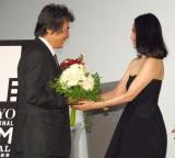 小栗康平監督(左)の70歳の誕生日をお祝いする中谷美紀(右)=映画『FOUJITA』の舞台あいさつ (C)ORICON NewS inc.