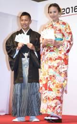 紋付き袴と振袖姿を披露した(左から)前園真聖、道端アンジェリカ (C)ORICON NewS inc.