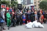 """アメコミヒーローファンが""""ゴミ拾い""""街の浄化作戦を繰り広げた"""