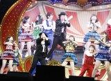 AKB48の推しメン・渡辺麻友(左端)の隣で喜々として踊る日本テレビ桝太一アナ