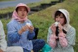 11月15日に放送される日テレ系『はじめてのファームステイ〜うまいを探せ!畑のごちそう食材〜』に出演する(左から)いとうあさこ、菊地亜美 (C)日本テレビ