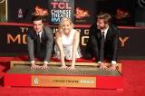 ハリウッドのチャイニーズ・シアター前で手形を残した『ハンガー・ゲーム』のメインキャストたち(左から)ジョシュ・ハッチャ—ソン、ジェニファー・ローレンス、リアム・ヘムズワース