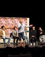 入来茉里のリクエストに応じ、坂元健児が即興で同舞台のPRをミュージカル調に熱唱。(C)De-view