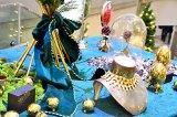 表参道ヒルズ(東京・渋谷区)に登場した巨大ツリーの横には、ヨーロッパのガーデンパーティーをイメージしたオブジェを設置(C)oricon ME inc.