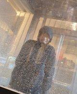 """原宿・キャットストリートで8日まで行われている体験イベント『GORE-TEX PRODUCT』で豪雨体験にチャレンジする""""JOSHI+ girl""""の吉田愛美ちゃん。あまりの水量に思わずフリーズ… (C)oricon ME inc."""