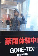 """原宿・キャットストリートで8日まで行われている体験イベント『GORE-TEX PRODUCT』で豪雨体験にチャレンジする""""JOSHI+ girl""""の中村茉里李ちゃん。がんばります!! (C)oricon ME inc."""