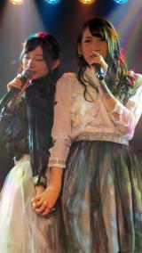 田中将大「僕がここにいる理由」公演よりM7「友達でいられるなら」(左から武藤十夢、茂木忍)(C)AKS