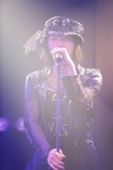 田中将大「僕がここにいる理由」公演よりM9「虫のバラード」をソロで歌った横山由依(C)AKS