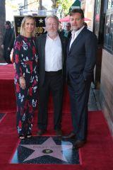 ハリウッドの殿堂入りを果たしたリドリー・スコット監督(中央)。クリステン・ウィグ(左)とラッセル・クロウ(右)が祝福に駆けつけた (C) 2015 Twentieth Century Fox Film Corporation. All Rights Reserved